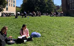 Students enjoy their lunches in a more COVID-safe outdoor setting. (Source: Regina Chiem (I))